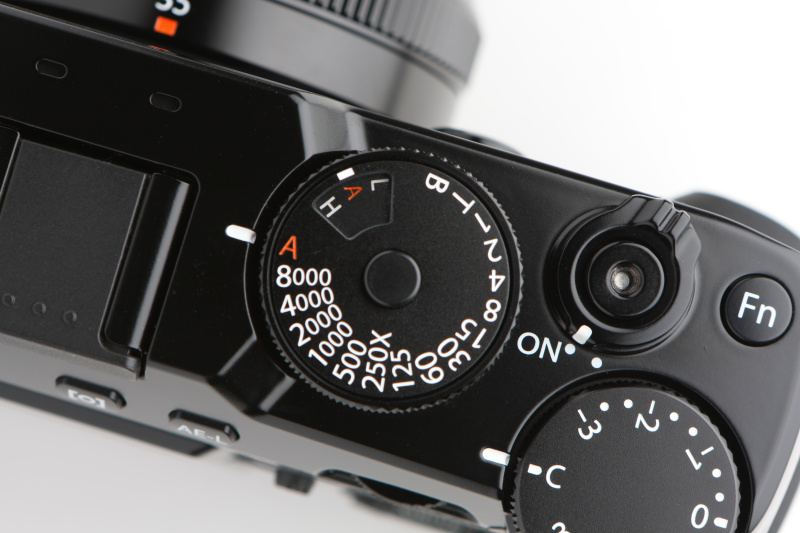 シャッターの最高速は1/8,000秒に。ISO感度の設定は往年のフィルムカメラのようにシャッターダイヤルの外周を引っ張り上げて設定する(写真はISOオートを選択した状態)。ストロボ同調速度は最高1/250秒。