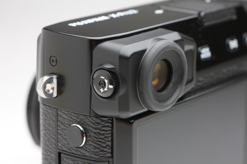 視度補正機構を備える。X-Pro1にはなく、コシナ製の視度補正レンズを必要としていた。ある意味、大きく進化したところ。