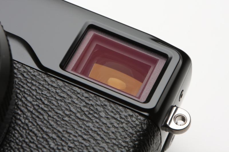 OVF選択時、画面右下に小型のEVFを表示させると、同時にファインダーの隅に液晶表示用の遮光板が現れる。細かなギミックが見ていて楽しいカメラでもある。