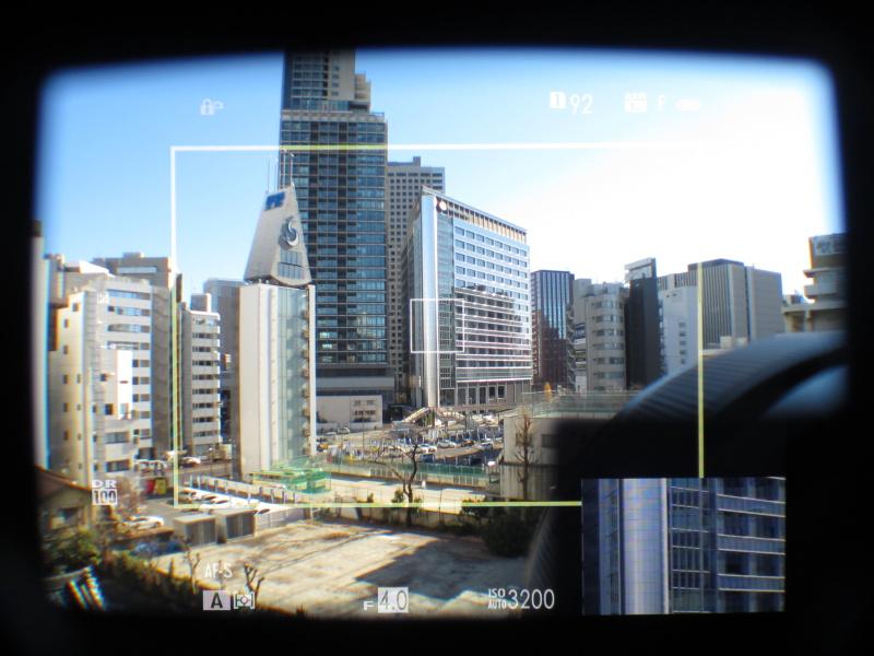 OVF右下に小さくEVF表示。ファインダーの使いこなしがこのカメラの撮影の肝といえる。