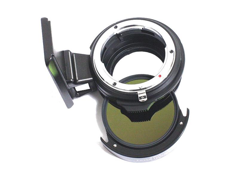 アダプターに備えたスリットに52mmフィルターを固定したホルダーを装着して利用する