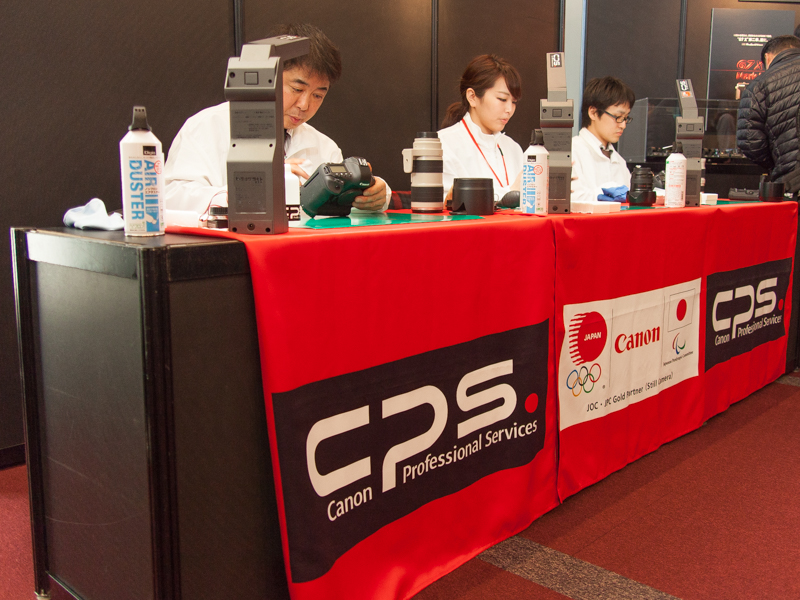 発表会場には、スポーツ大会などで設置されるキヤノンのサービスデポが登場。取材者のカメラのクリーニングを行った。発表会でこうしたデポが置かれるのは初めて