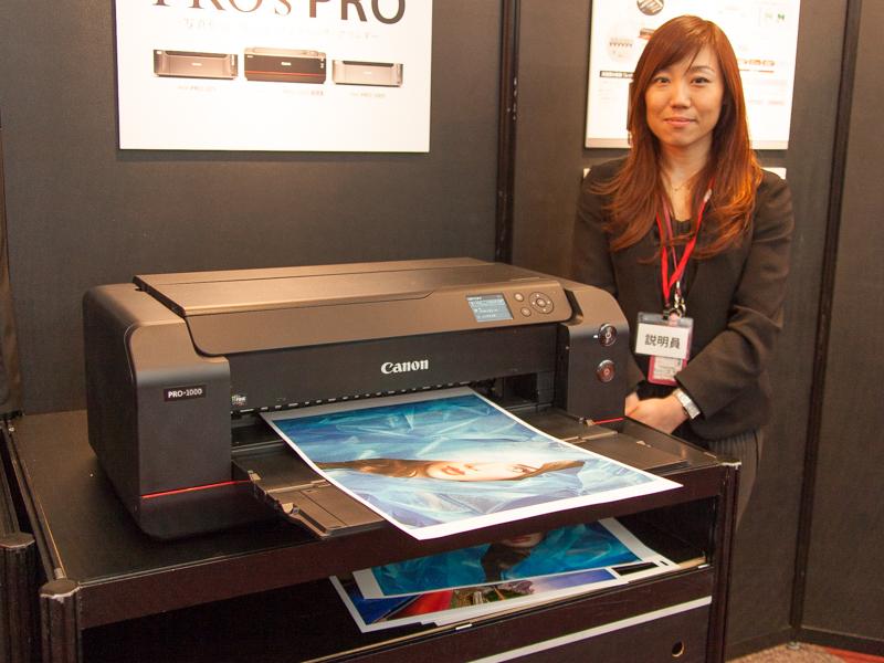 2月16日発表のA2対応プリンター「PRO-1000」も展示。業務向けの他、写真愛好家もターゲットとしている。※この写真でプリントしているのはA3サイズ