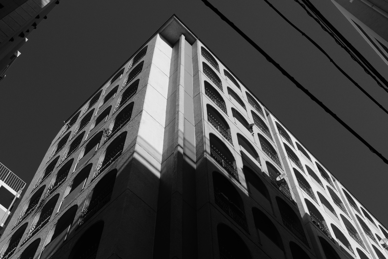 Rフィルターの効果により空は暗く落ち、コントラストも極めて高い。さらにエッジの効いた描写により、コンクリートの質感など鮮明に再現され、独特の描写が味わえる。XF35mmF2 R WR / ISO400 / F8 / 1/1,250秒 / ACROS+Rフィルター