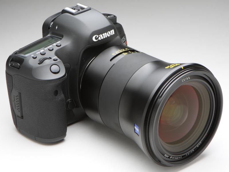 キヤノンEOS 5Ds Rに装着したところ。焦点距離28mmの交換レンズとは思えないほど大きい鏡筒であることがわかる
