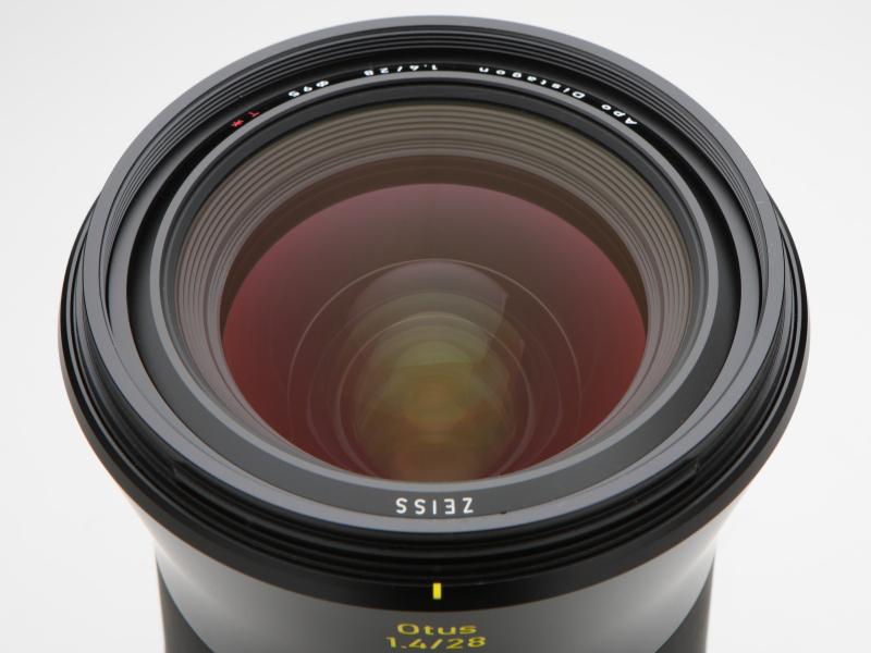 レンズ構成は16枚13群。非球面レンズ2枚、異常部分分散性の特殊ガラス製レンズ8枚を使用する。フローティング機構を採用。フィルター径は95mm