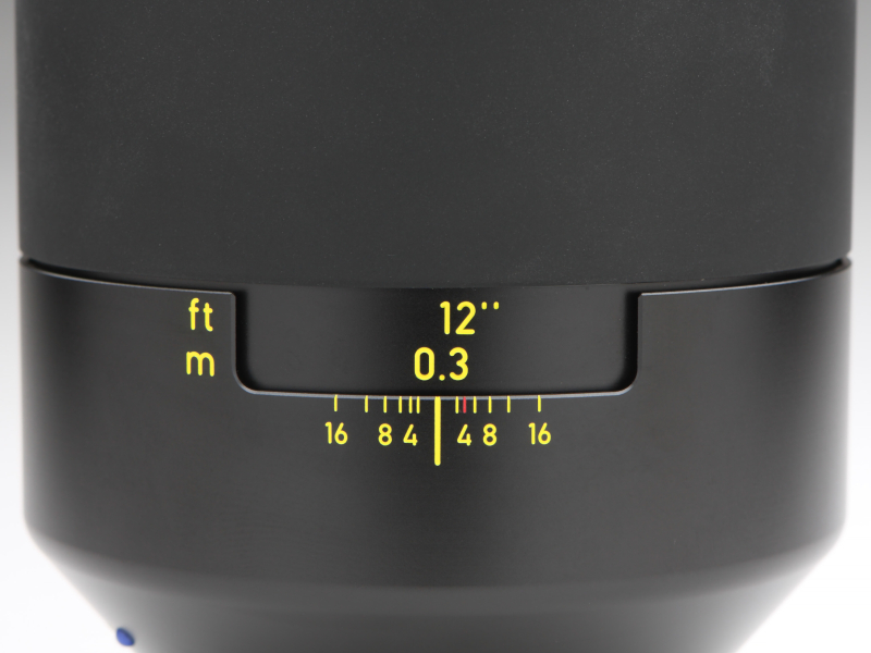大変高価な交換レンズだが、フォーカスは他のOtus同様マニュアルのみとする。ヘリコイドの操作感は適度なトルクがあり、極めて良好だ。最短撮影距離は0.3m