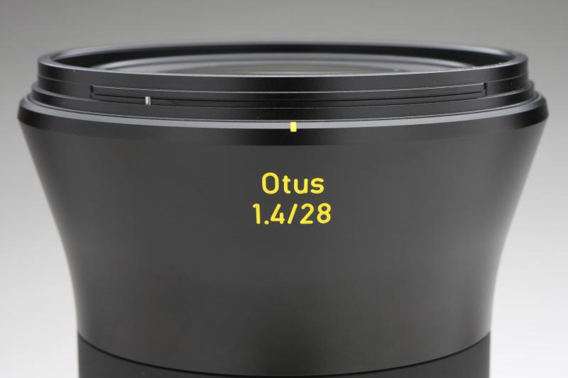 先に発売されている2本のOtusと同じく鏡筒先端がラッパ状に広がる。この交換レンズで撮影を楽しんでみたいと考える写真愛好家は少なくないことだろう