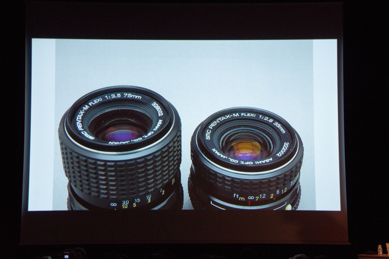 「PENTAXマニアックスコンテンツ」レンズの部で表示された写真。この未発売のレンズの正体は……?