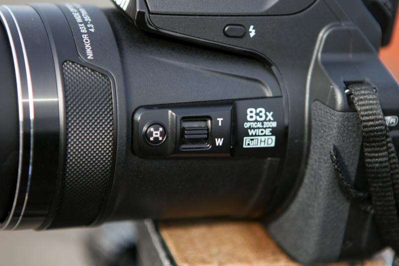 左のボタンがクイックバックズームボタン。右がサイドズームレバー。