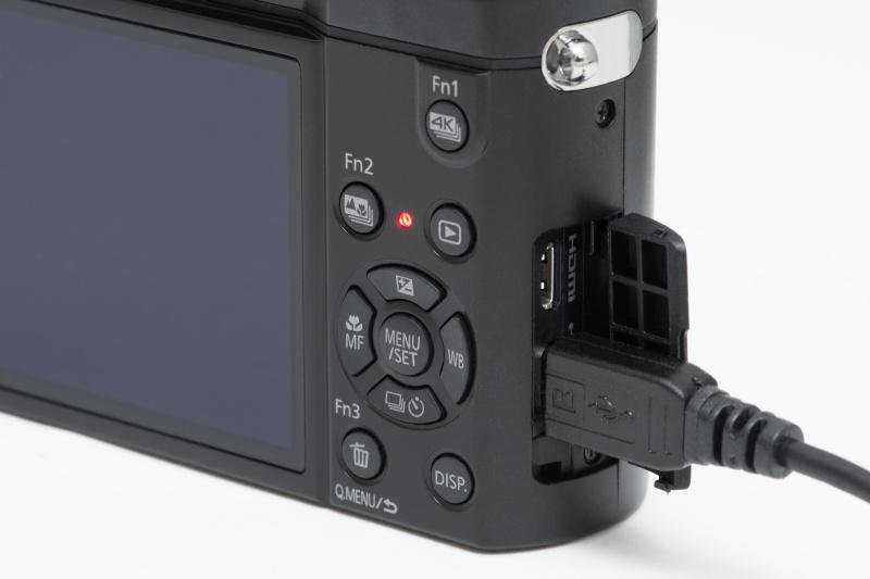 バッテリーはUSB充電が可能。家庭用コンセントだけでなく、パソコンなどのUSB端子に接続しても充電できる。