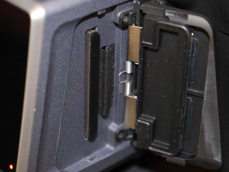 CFastとSDカードのデュアルスロットを採用する