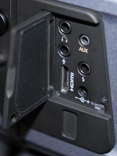 HDMI端子なども装備。蓋の下にある開口部がUSB 3.0の端子