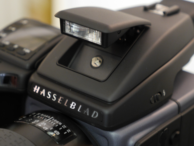 従来モデルからだが、内蔵ストロボを備える。中判カメラでは珍しい装備