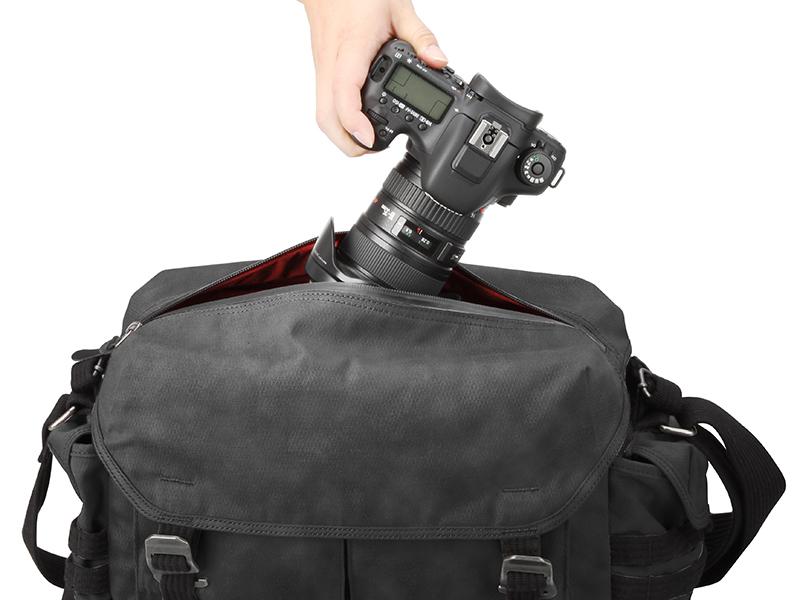 フラップ上部のファスナーからカメラを素早く取り出せる
