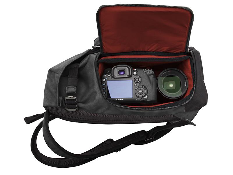 側面のファスナーからカメラの取り出しが可能