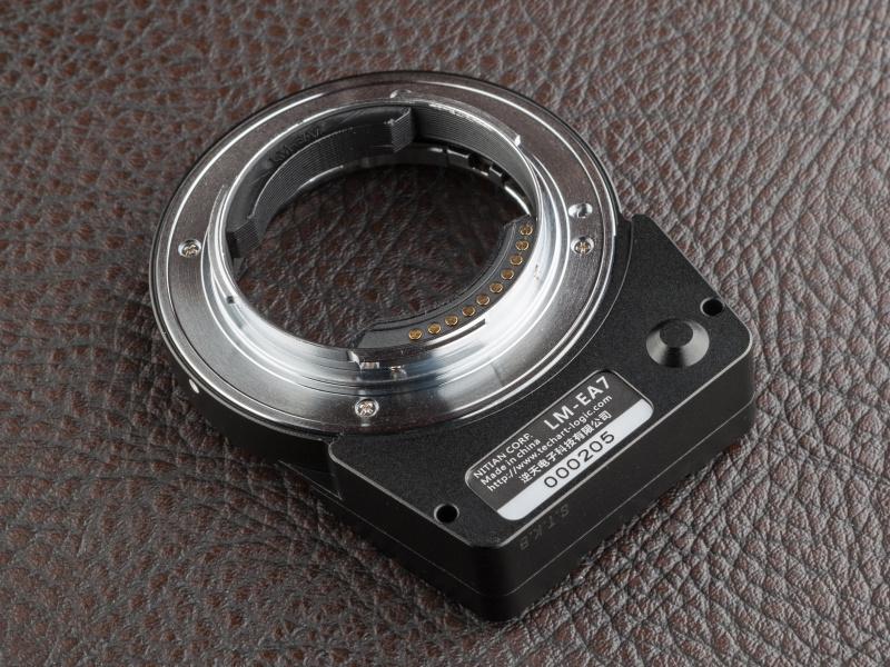 ボディ側マウントは電子端子を搭載し、各種情報をボディとやり取りする。電源はカメラ本体から供給され、それなりにバッテリー消費が激しくなる
