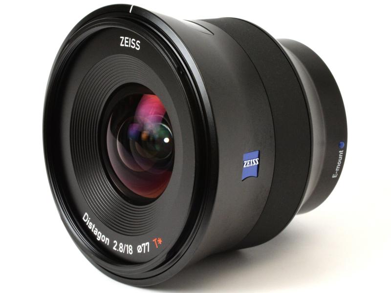フィルター径は77mm。超広角レンズには見えない前玉である