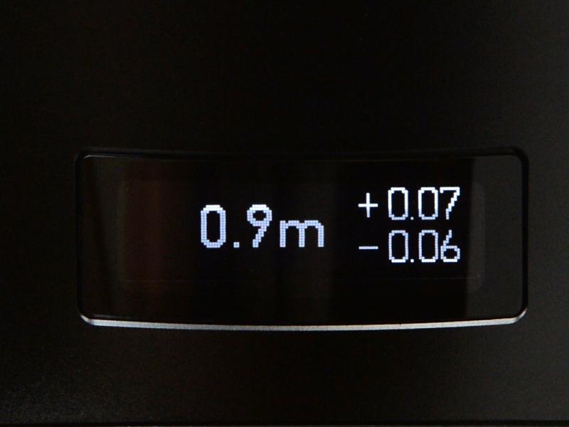 一番目を引く有機ELのディスプレイ。暗所で合焦距離を知りたい時には便利だろう。もちろん表示OFFにも設定可能だ(左:2m以上の時にはカメラからの被写界深度を表示。右:2m未満の場合には合焦位置からの被写界深度を表示)