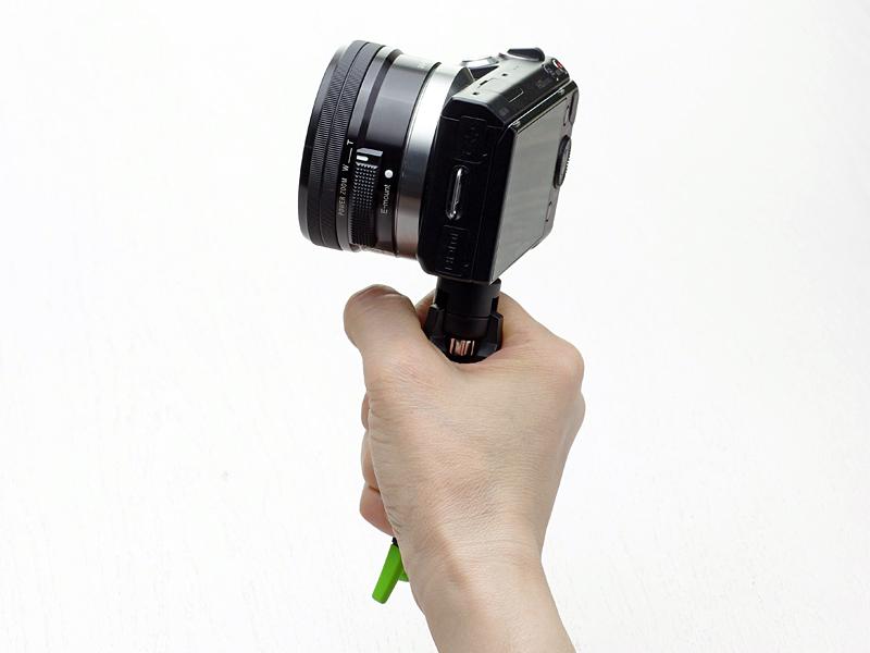 畳むことでカメラグリップとして利用可能