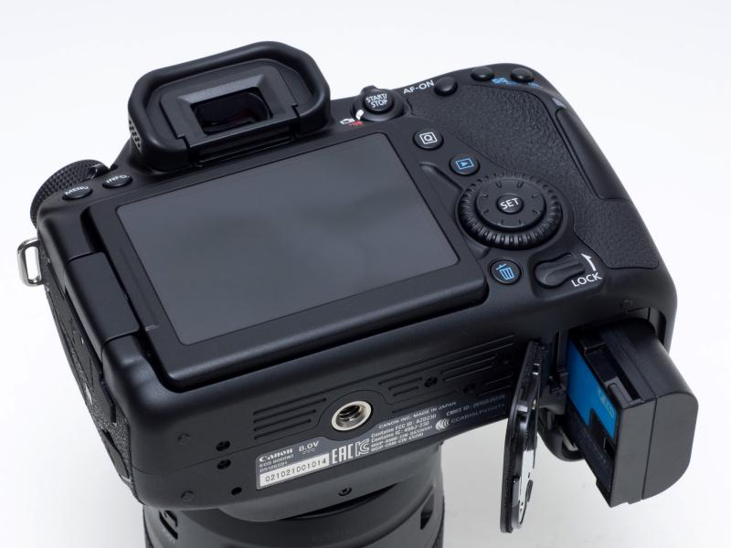 バッテリーはLP-E6Nが同梱。EOS 70DやEOS 5D Mark IIIに同梱のLP-E6も使用できる。充電器も共用可。