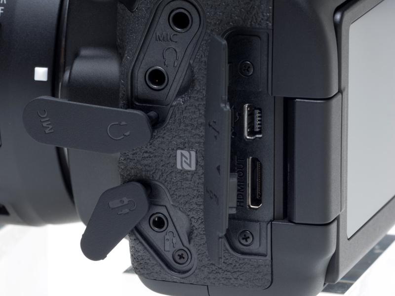 インターフェイスはHi-Speed USB相当のデジタル端子、HDMIタイプC、外部マイク端子、リモートスイッチ端子(RS-60E用)、ヘッドフォン端子。NFCアンテナの位置を示すマークもあり、これを用いてキヤノンの「コネクトステーション」にデータ転送が可能。またスマートフォンなどとのWi-Fi連携もEOS 70Dと同様に行える。