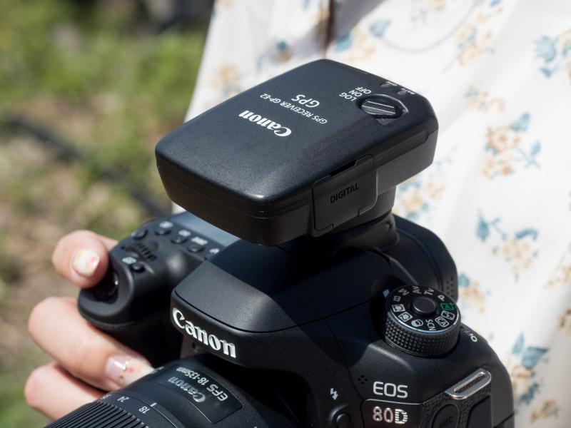 別売のGPSユニットGP-E2に対応。撮影画像に位置情報や時刻情報を付与できる。また電子コンパスで方位情報も得られる。