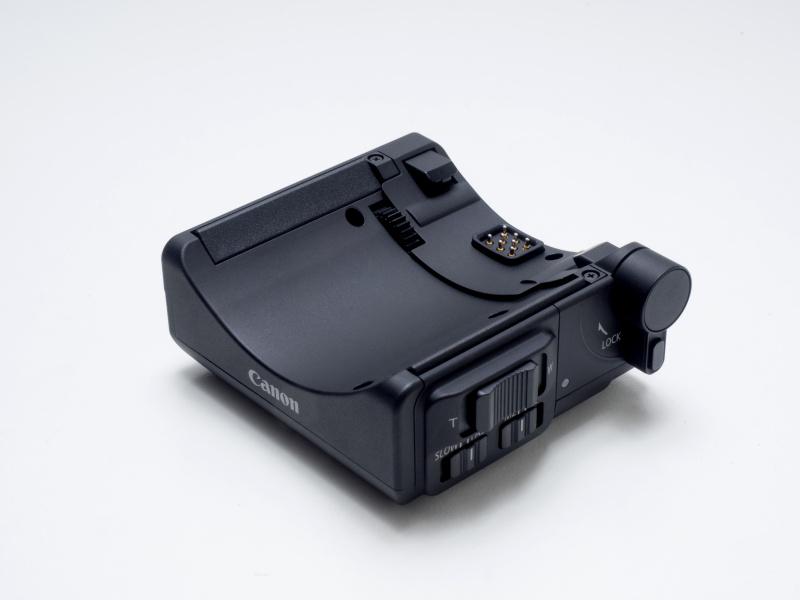 別売のパワーズームアダプターPZ-E1は、EF-S18-135mm F3.5-5.6 IS USMと組み合わせることで電動ズームレンズのように使える。