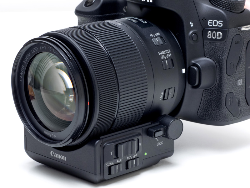 パワーズームアダプターPZ-E1をEF-S18-135mm F3.5-5.6 IS USMに装着し、EOS 80Dと組合せた状態