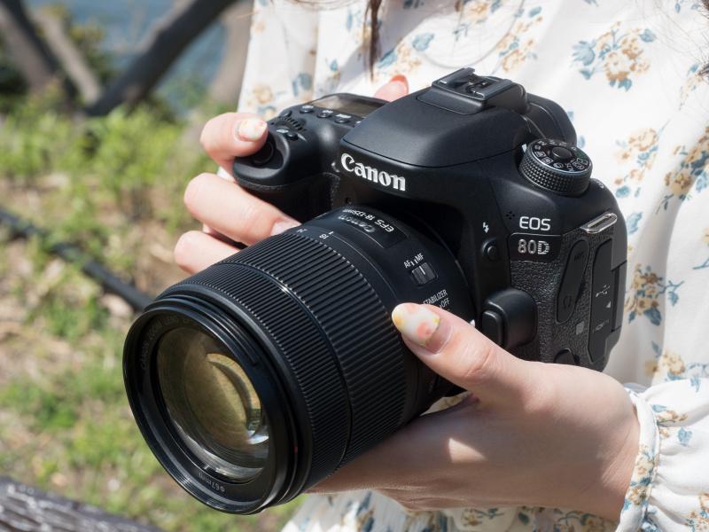 キットレンズとして設定されているEF-S18-135mm F3.5-5.6 IS USMと組み合わせたところ。EOS 80Dとのバランスは良い。女性の手でも大きすぎるほどではない。