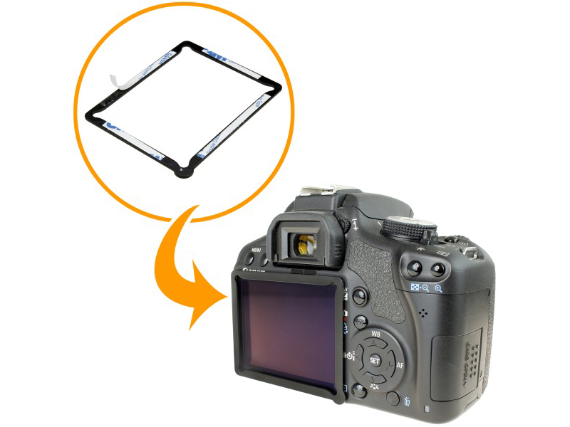 付属の金属フレームをカメラの液晶部に装着する