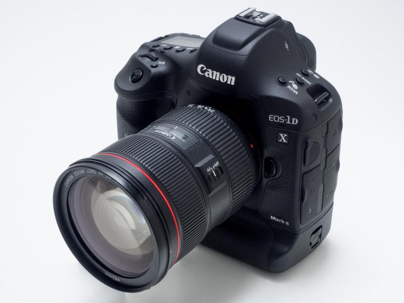 EOS-1D X Mark II(2016年4月発売)。本稿掲載時点の実勢価格は税込73万2,240円前後。