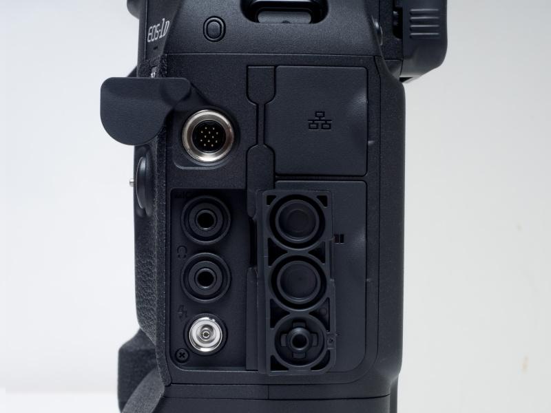 拡張システム端子(ワイヤレスファイルトランスミッターWFT-E8B/WFT-E6B用)、Φ3.5mmヘッドフォン端子、Φ3.5mm外部マイク入力/ライン入力端子、シンクロ端子