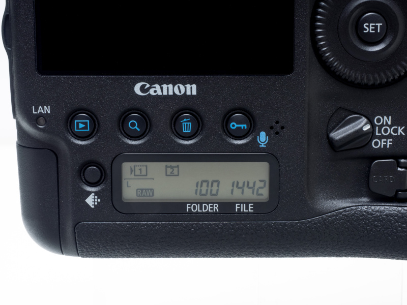 背面モニター下部のボタンおよび背面表示パネルはほとんど変わらず。カード/画像サイズ選択ボタンの位置が上がった。