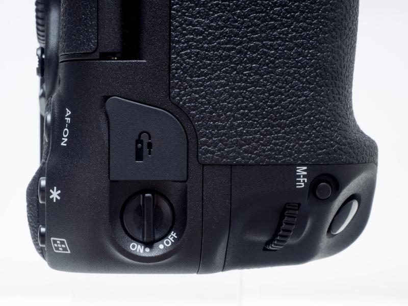 縦位置グリップ側の操作ダイヤル&ボタン。指のかかる箇所のグリップの形状が変更され、M-Fnボタンの位置はメインダイヤルの前に移動した。また縦位置操作のON/OFFスイッチが下部に移動し、リモコン端子(N3タイプリモコン対応)がその上部に配置されている。