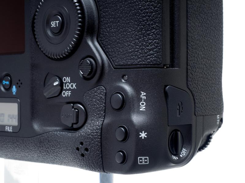 縦位置AFスタートボタン、縦位置AEロックボタン、縦位置AFフレーム選択ボタンの並びは同じだが、縦位置AFスタートボタンが少し離れた位置に配置された。これにより横位置の各ボタンの関係に近くなり、操作感の違いが少なくなった。