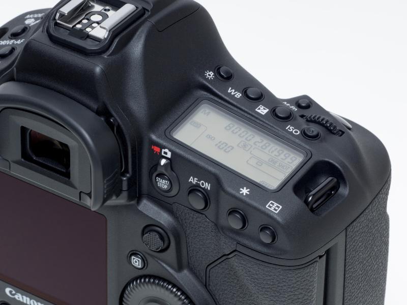 メイン/サブダイヤルとシャッターボタン、各機能ダイレクトボタンなどはEOS-1D Xのものを踏襲。機種を変更しても操作に戸惑わずに済む。ライブビュー撮影/動画ボタンがレバーでの静止画/動画の切り替え方式となっている。これでEOS 5D Mark IIIなどと共通する切り替え方式となった。またマルチコントローラーのスティック形状が変更されて、尖っていた形状から指の腹に密着するような平らな形状となった。