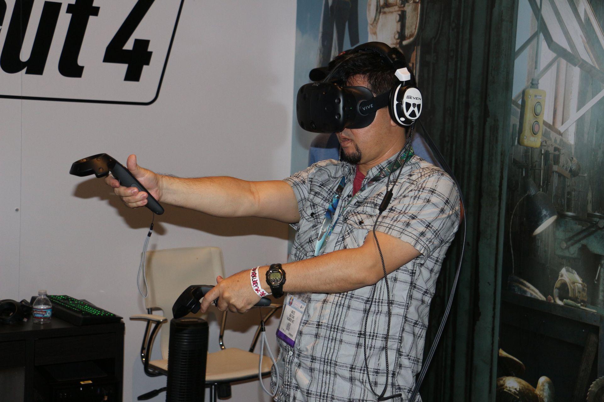 そしてこれがVR版「Fallout 4」のホームポジション。右手は銃を構え、左手は常にPip-Boyを呼び出せるよう軽く上げる、この感覚が楽しい