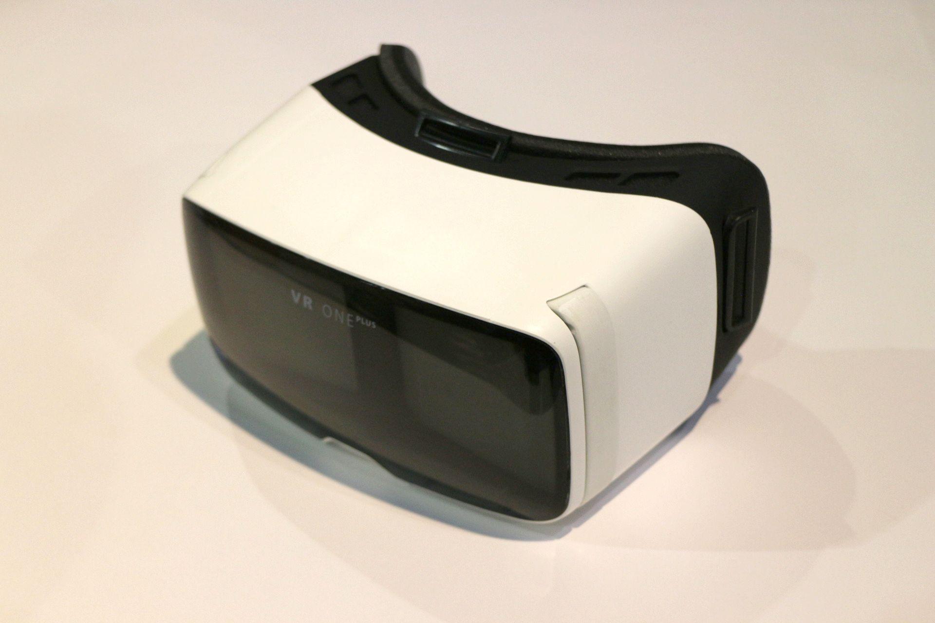 8月に発売予定のスマホ用HMDアダプター「Zeiss VR One Plus」。4.7~5.5インチのスマホと組み合わせて使える