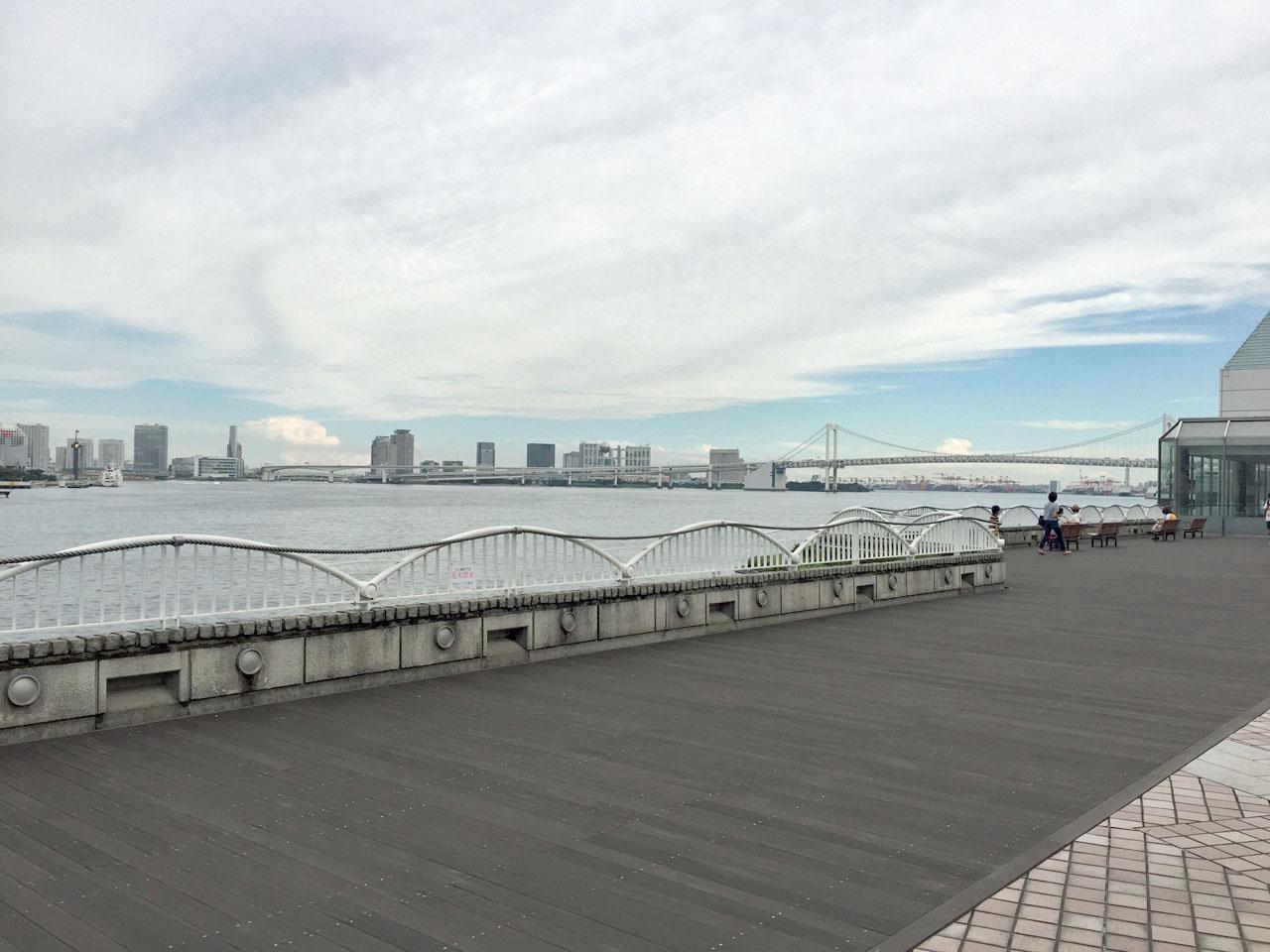 今週はほのおポケモンの「ロコン」が頻繁に出るという東京は竹芝へ。ゆりかもめの竹芝駅を出てすぐの埠頭のデッキを行ったり来たりで、ロコンをはじめとしたいろんなポケモン出ます。同じ目的っぽいトレーナーさんもちらほらいました