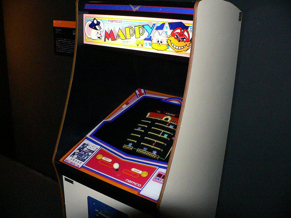 敵のキャラクターに捕まらないようにして、ステージ内にある盗品を取り返していくアクションゲームの「マッピー」(1983年、ナムコ)。貴重な純正アップライト筐体で楽しめる