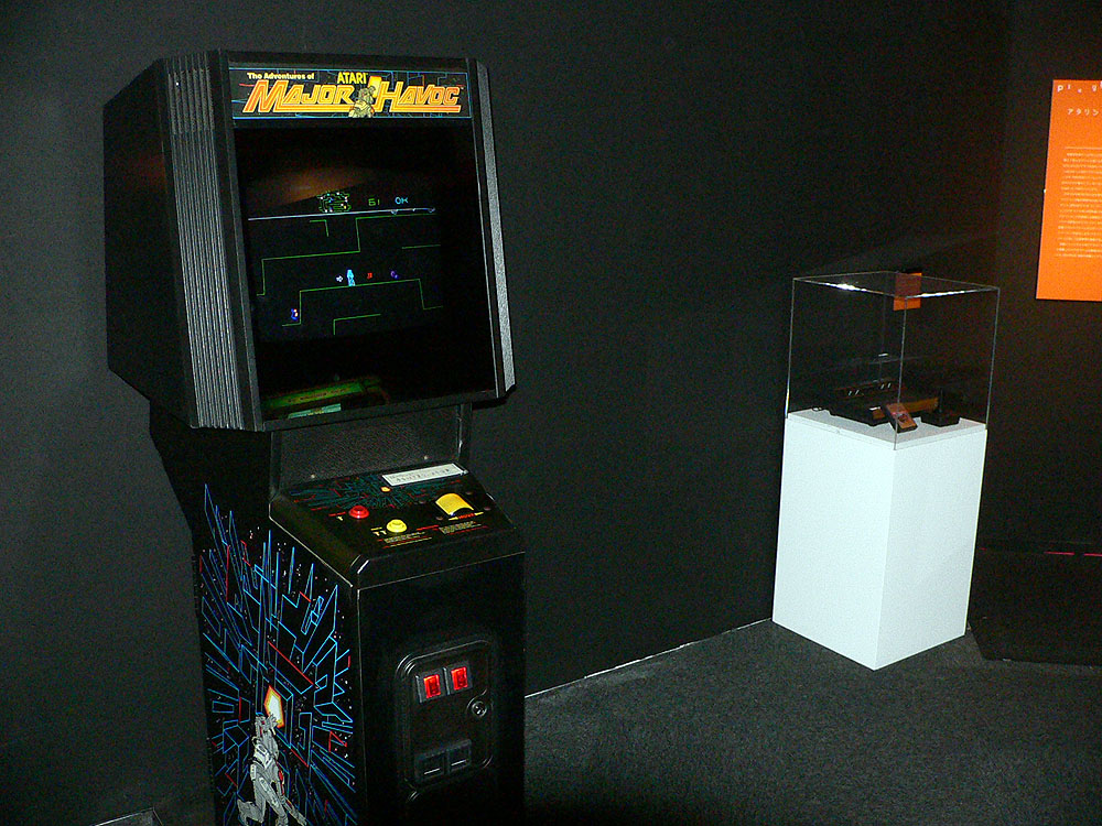自機を操作して敵を撃つ3Dシューティングと、人間のキャラクターを動かして迷路を脱出を目指すアクションゲームが同時に遊べる「メジャーハボック」(1983年、アタリ)。ちなみに奥のショーケース内にはアタリVCSが飾られている