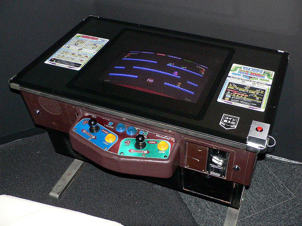 ご存知、マリオとルイージが登場するアクションゲームの名作「マリオブラザーズ」(1983年、任天堂)。1コインで2人同時に遊べるのも画期的だった