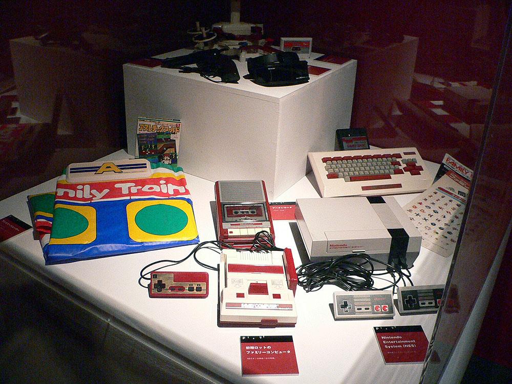 元祖ファミコンコーナーでは、古いブラウン管型のテレビを使って遊べるこだわりぶり。VS筐体では「アイスクライマー」(1985年、任天堂)と「エキサイトバイク」(1984年、任天堂)が遊べるようになっていた