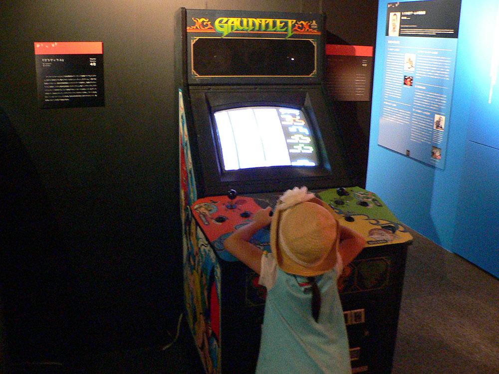 4人同時プレイが楽しめる、専用筐体を使用したアクションゲーム。左が「カルテット」(1986年、セガ)で、右は「ガントレット」(1986年、アタリゲームズ・ナムコ)