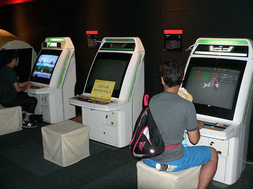 右側の筐体、ツッパリ少年のくにおを主人公とするアクションゲームの「熱血硬派くにおくん」(1986年、テクノスジャパン)、左奥は和風の世界感が特徴のアクションゲーム「源平討魔伝」(1986年、ナムコ)。中央の「沙羅曼蛇」(1986年、KONAMI)は、開催初日は残念ながら稼働停止中だった