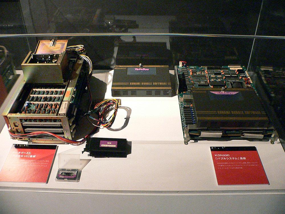 雲の中に隠されたベルを撃ち、自機をパワーアップさせていくシューティングゲーム「ツインビー」(1985年、KONAMI)。本作に使用されたバブルシステム基板も展示されていた(※左側の基板はデータイースト製の通称デコカセット基板)
