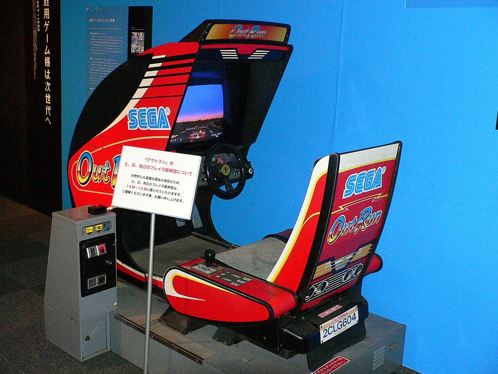 ハンドル操作に合わせて筐体が左右に傾く、ドライブゲームの名作中の名作「アウトラン」(1986年、セガ ※現セガ・インタラクティブ)