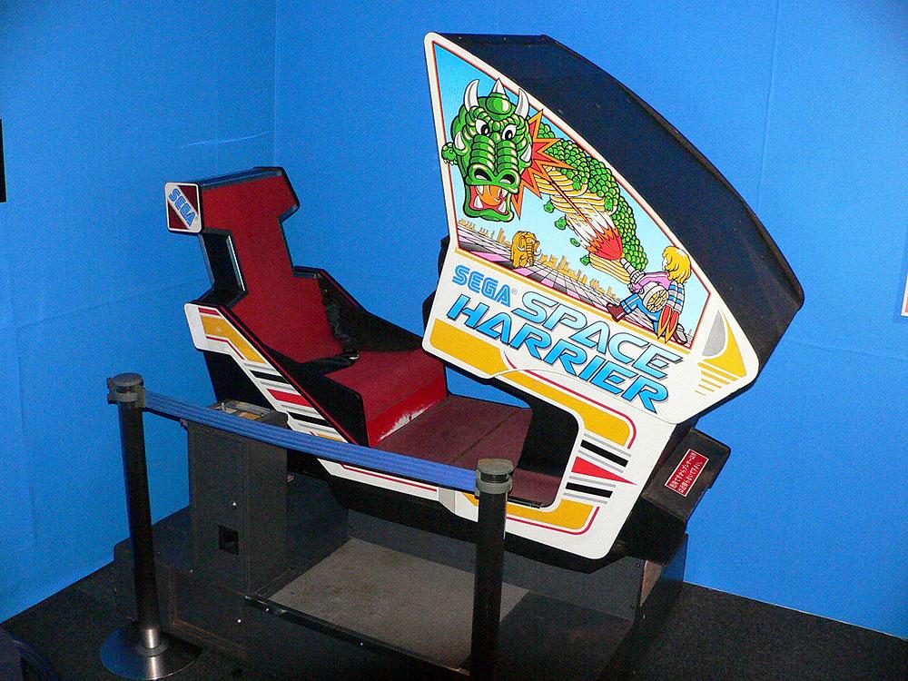 アナログスティックの操作に合わせて筐体が上下左右に傾く、当時の大型体感ゲームを代表する3Dシューティングゲーム、「スペースハリアー」(1985年、セガ)。オリジナル筐体は展示のみで代替機で遊べる
