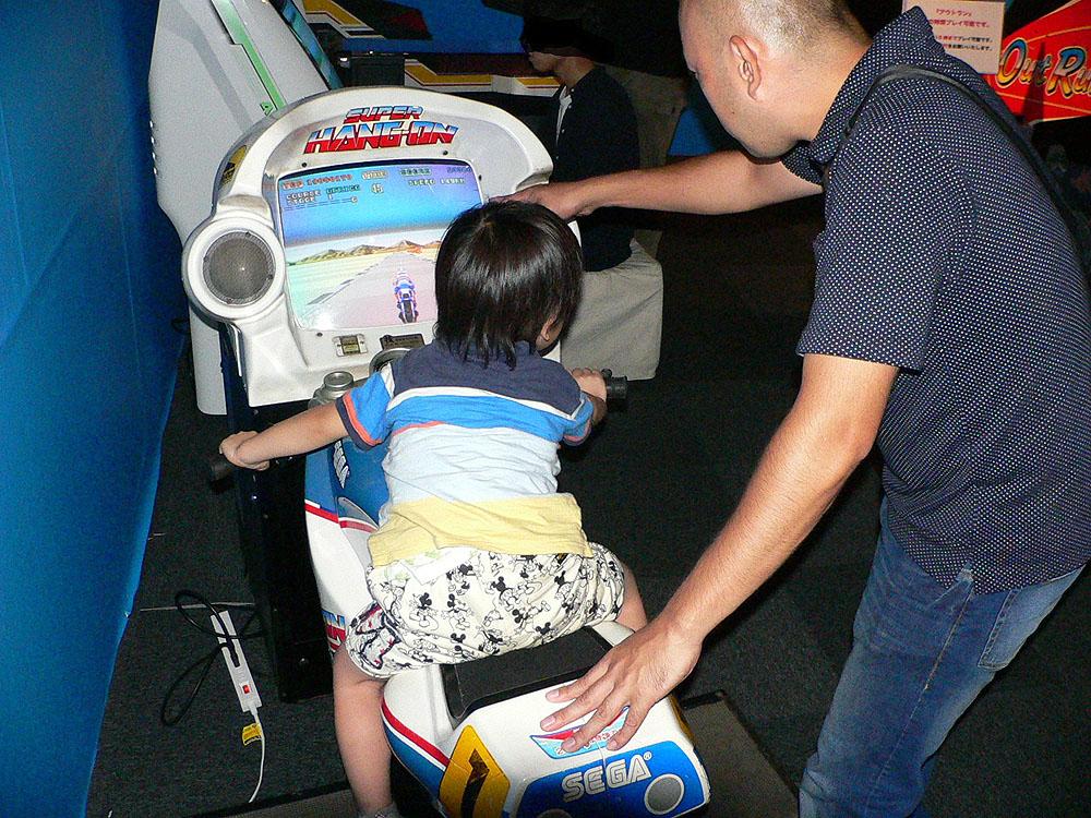 バイク型筐体を使用した大型体感ゲーム、「ハングオン」の続編にあたる「スーパーハングオン」(1987年、セガ)